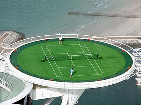 Тенис мач върху площадката за хеликортер